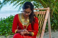 Piękna maldivian kobieta w obywatel smokingowych wykonuje ręcznie arkanach obrazy royalty free