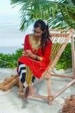 Piękna maldivian kobieta w obywatel sukni inscenizowania arkanach obrazy stock