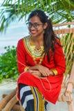 Piękna maldivian kobieta w obywatel sukni ono uśmiecha się obraz royalty free