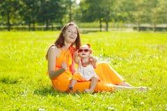 Piękna mama outdoors i dziecko Szczęśliwy rodzinny bawić się w naturze Obrazy Stock