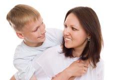 Piękna mama z jej synem na biel fotografia stock
