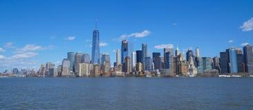 Piękna Manhattan linia horyzontu - 1, 2017 - widok od swobody wyspy MANHATTAN, NOWY JORK, KWIECIEŃ - Obraz Stock