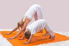 Piękna matka ćwiczy joga z jej synem obraz stock