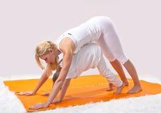 Piękna matka ćwiczy joga z jej synem zdjęcia stock
