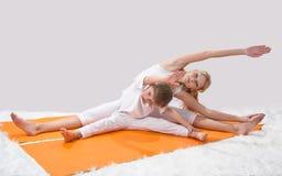 Piękna matka ćwiczy joga z jej synem obraz royalty free