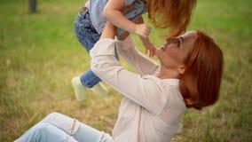 Piękna matka całuje jej dziecka plenerowego zbiory
