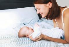 Piękna matka i śliczny dziecka dziecko w domu Zdjęcia Royalty Free