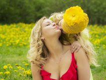Piękna matka i córka ściska outdoors zdjęcie stock