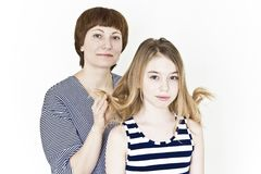 Piękna matka i córka na bielu zdjęcia royalty free