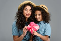 piękna matka i córka z różowym prezenta pudełkiem dla matka dnia Zdjęcia Royalty Free