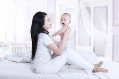 Piękna matka i dziecko w domu obrazy royalty free
