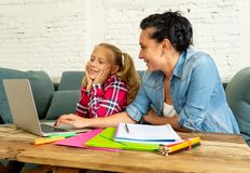 Piękna matka pomaga jej młodej blondynki ślicznej słodkiej dziewczyny robić pracie domowej w pracy domowej wychowywać i edukaci p zdjęcie stock