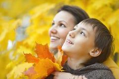 Piękna matka z synem w parku Zdjęcie Royalty Free