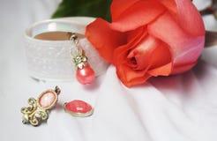 Piękna menchii róża z jewellery zdjęcia stock