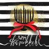 Piękna menorah sylwetka na czarny i biały pasiastym tle z złotą błyskotliwością Zdjęcie Royalty Free