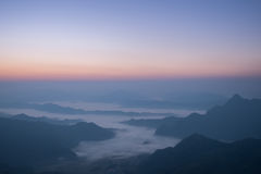 Piękna mgła na wzgórzu podczas wschodu słońca Zdjęcie Stock