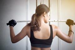 Piękna mięśniowa dysponowana kobieta ćwiczy budynku napad i mięśnie Obrazy Royalty Free