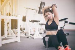 Piękna mięśniowa dysponowana kobieta ćwiczy budynku napad i mięśnie Obrazy Stock
