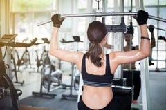 Piękna mięśniowa dysponowana kobieta ćwiczy budynku napad i mięśnie Zdjęcie Stock