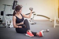 Piękna mięśniowa dysponowana kobieta ćwiczy budynku napad i mięśnie Obraz Royalty Free