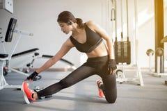 Piękna mięśniowa dysponowana kobieta ćwiczy budynku napad i mięśnie Zdjęcia Royalty Free
