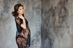 Piękna miękka część i zmysłowy kobieta w ciąży w czarnym przejrzystym d Zdjęcie Stock
