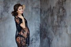 Piękna miękka część i zmysłowy kobieta w ciąży w czarnym przejrzystym d Zdjęcie Royalty Free