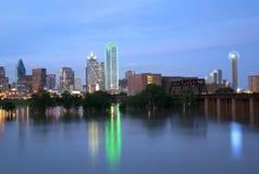 Piękna miasta Dallas linia horyzontu przy nocą Zdjęcia Stock