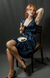 Piękna miedzianowłosa dziewczyna w błękitnej sukni. Obrazy Stock