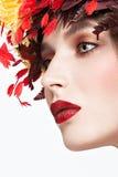 Piękna miedzianowłosa dziewczyna z jaskrawym jesieni wreat Zdjęcia Stock