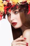 Piękna miedzianowłosa dziewczyna z jaskrawym jesieni wreat Fotografia Stock