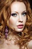 Piękna miedzianowłosa dziewczyna z jaskrawym makeup i kędziorami Obrazy Stock