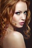 Piękna miedzianowłosa dziewczyna z jaskrawym makeup i kędziorami Obrazy Royalty Free