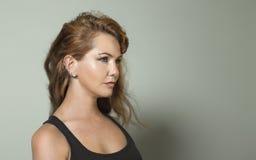 Piękna miedzianowłosa dziewczyna z kolczykami i twarzowymi piercings fotografia royalty free