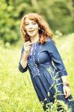 Piękna miedzianowłosa kobieta w Boeho stylu sukni zdjęcia royalty free