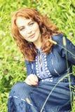 Piękna miedzianowłosa kobieta w Boeho stylu sukni obraz stock
