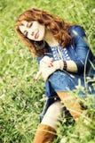 Piękna miedzianowłosa kobieta w Boeho stylu sukni fotografia royalty free