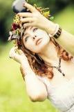 Piękna miedzianowłosa kobieta z wiankiem na jej głowie zdjęcia royalty free