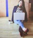 Piękna modna kobieta pracuje z laptopem fotografia royalty free