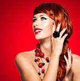 Piękna modna kobieta z czerwień gwoździami i czerwonymi hairs zdjęcie royalty free