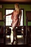 Piękna mody kobieta w menchii sukni zdjęcia stock