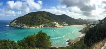 Piękna morza śródziemnomorskiego Cala Llonga zatoka, Ibiza wyspa, Hiszpania zdjęcia stock