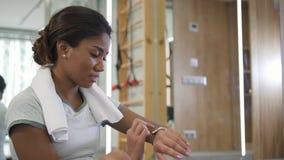 Piękna multiracial kobieta używa nową technologię cyfrową mądrze zegarek zbiory wideo