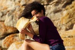 Piękna murzynka ono uśmiecha się outdoors z kapeluszem Zdjęcia Stock
