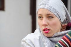 Piękna muzułmańska dziewczyna jest ubranym hijab Obraz Stock