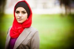 Piękna muzułmańska kobieta jest ubranym hijab obrazy royalty free