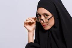 Piękna Muzułmańska kobieta patrzeje kamerę obrazy royalty free