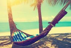 piękna na plaży Hamak między dwa drzewkami palmowymi na plaży Wakacje i wakacje pojęcie tropikalny na plaży Piękny tropikalny isl zdjęcie stock