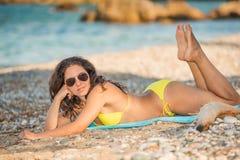 piękna na plaży się odprężyć Zdjęcia Royalty Free
