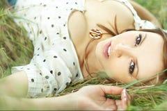 piękna na trawę dziewczyny leżące Fotografia Stock